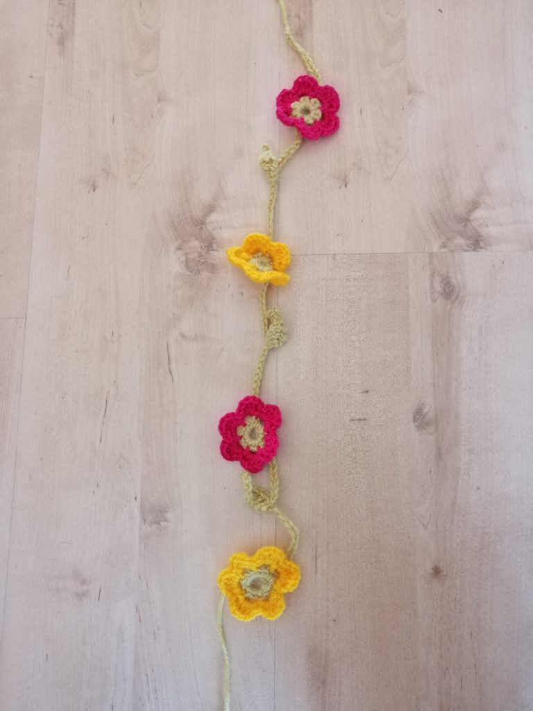 Häkel-Mobile für das Baby - Blumengirlande