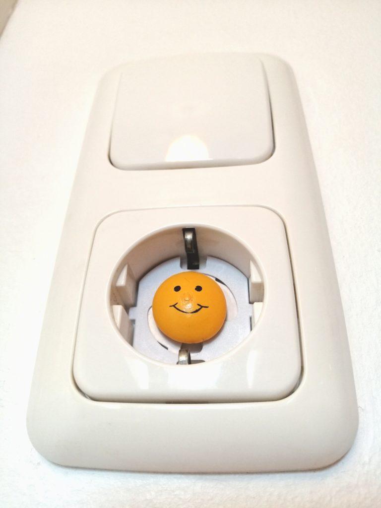 Wohnung kindesicher machen steckdose smiley