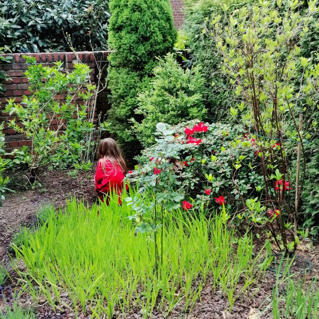Achtsamkeit im Garten - Mädchen entdeckt den Garten