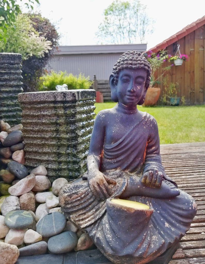 Achtsamkeitsübungen im GArten - Meditierende Figur an Brunnen